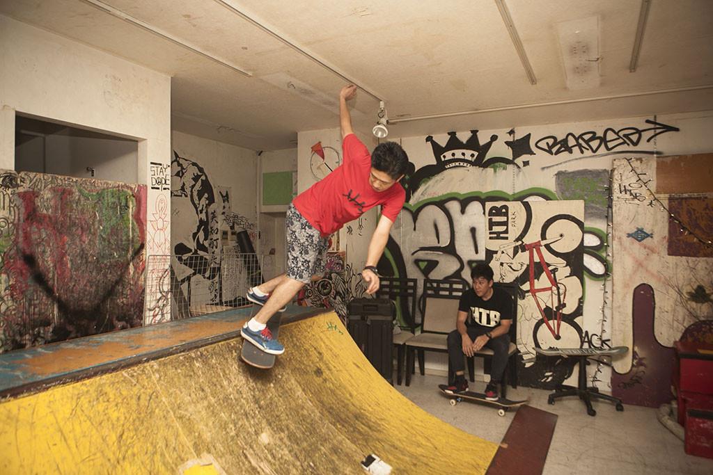 DJとスケートをこなすケンシロウ