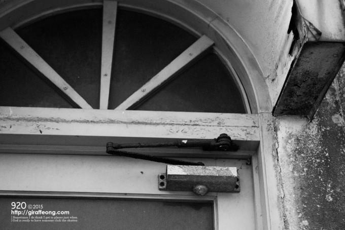 おしゃれな意匠のドア。金属部分のサビが経った時間を物語る。