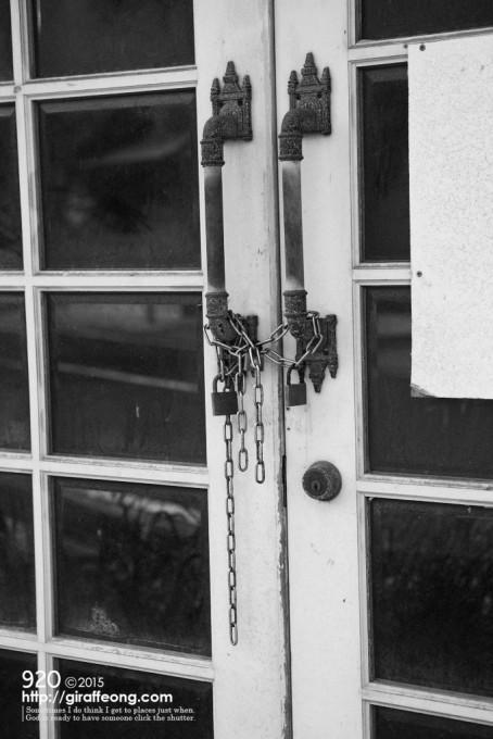 玄関ドアにはチェーンで鍵がしてありました。