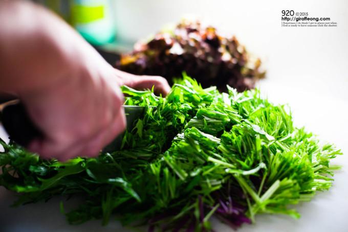 新鮮な野菜をざく切り