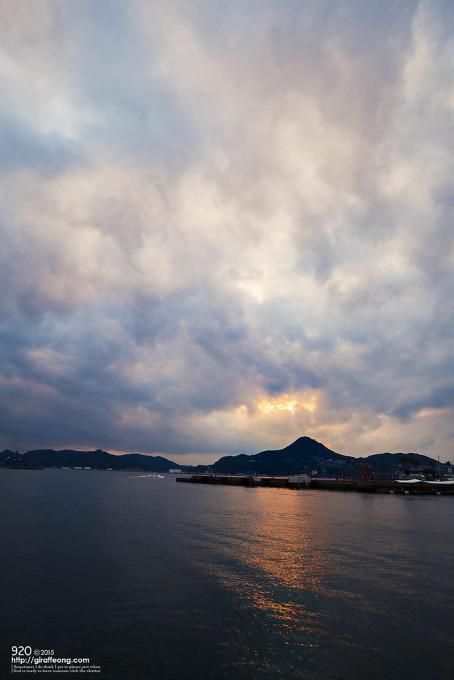 わずかな雲間から夕暮れの光が海に落ちていました。