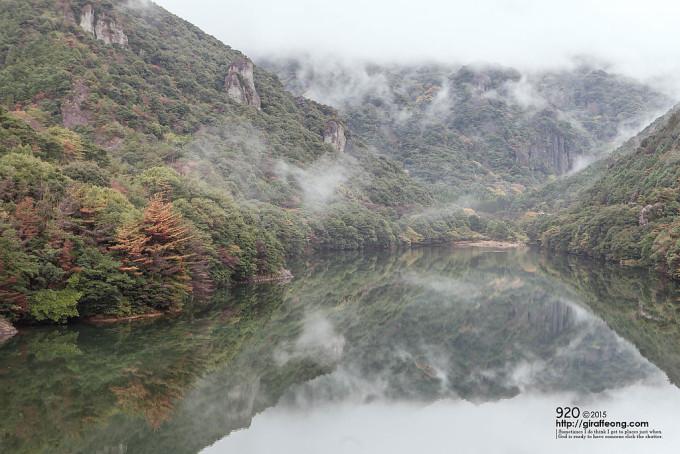 霧の立ち込める峡谷