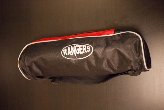 こんな感じの袋がついてきており、収納できます。ジッパーが高品質で開け閉めが楽でとても良いです。