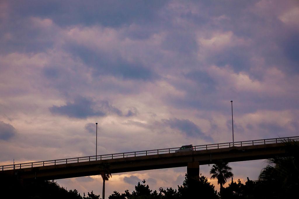 生月大橋から生月にやってくる車