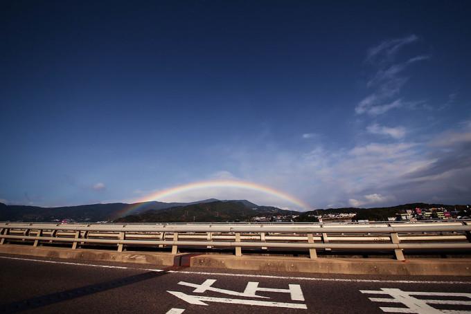 車で走っていたら虹出現。走る社内からカメラを出して撮りました。