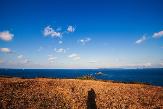 順光の空。大バエ灯台からちょっと歩いた所にあるなだらかに海に続く草原はすごいです。ファンタジ−感。やぎを放ちたい