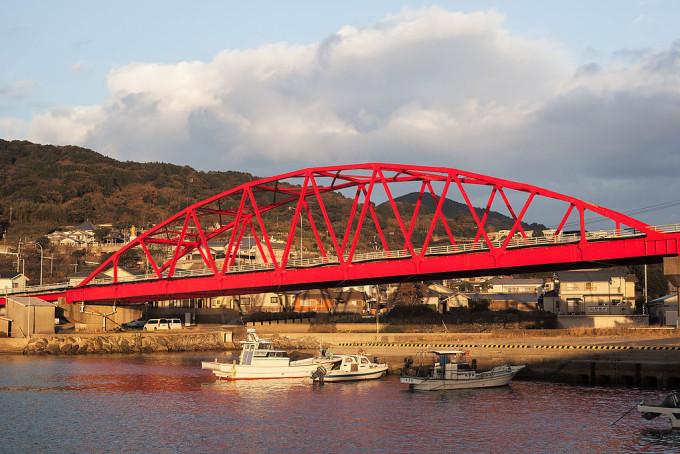 外海にある赤い橋。夕日に照らされて青空とのコントラストが美しかった