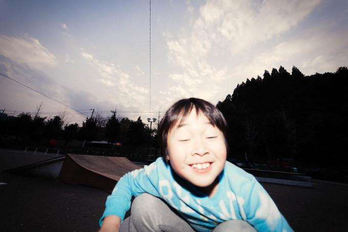 カメラを構えると横切る少年