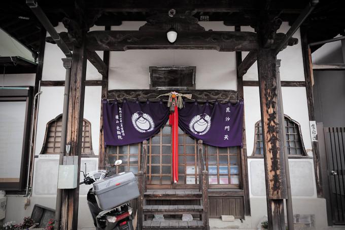 寺ですけど、しめ縄がしてありました。しめ縄って神道だと思うんですけど、寺にもかかってる柔軟さがいいですね。ニッポン。