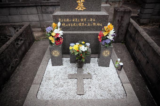 母方のカトリックの墓。和洋折衷感。十字架の周りに敷き詰められている白い小石にかつて子供心にセンスを感じました。