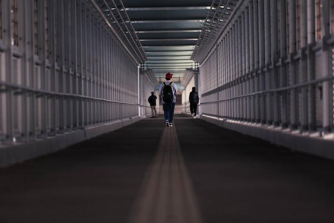 新西海橋の下の方に遊歩道が作られており、人の足で渡る事もできるのです。