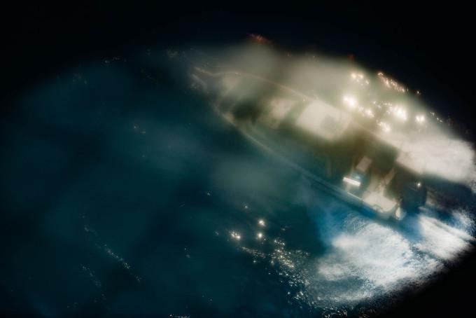 遊歩道の中にはアクリルで作られた透明な床があり、そこの上に乗ると尻のあたりがもぞもぞする感じを味わう事ができます。足元を偶然通過する船を撮影