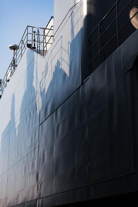 「やせうま現象」とよばれるらしい、この波打った艦艇壁面。最近の船は昔と比べて装甲が薄いためにこのようになるという事