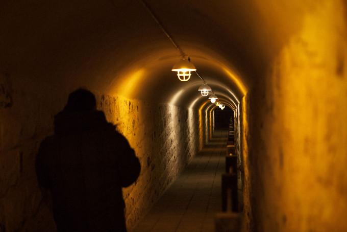 地下壕に入る道がありました。ここには電気が通っており、訪れた人が自分でOn/Offできるようになっています。