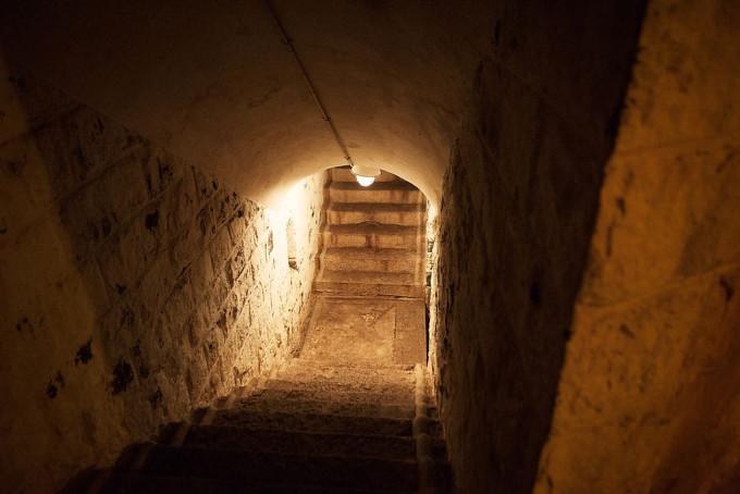 奥は二股に分かれており、階段で少し登ると玄室に到着します。