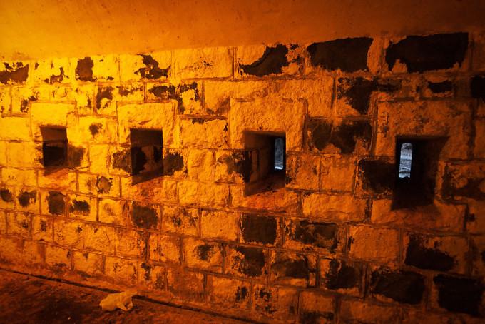 壁には銃眼があけられています。つまり、ここで銃を構えて、侵入者を迎え撃つ仕組みですね。