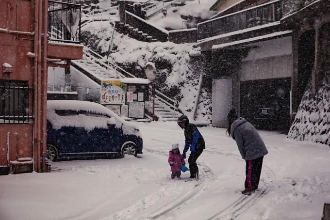 朝の9時前くらいでしたが、すでに子供がそとに出て、この地方には珍しくふりつもった雪におおはしゃぎしていました。