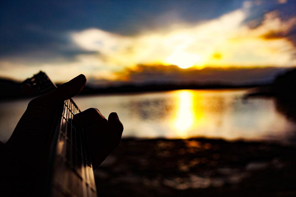 この日、ぼくは父親からクラシック・ギターをいただきました。ものすごく良い音がするのです。日が沈むのを見送りながら、ギターを弾きました。