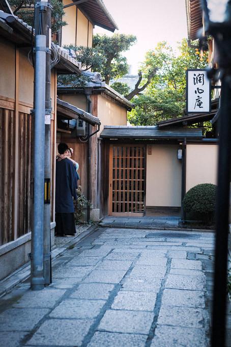 京都についたら、和服を着て撮影をしている外国人がたくさんいました。観光客相手に旅の想い出になる写真を撮影しているカメラマンがたくさんいるようです。観光地の強みですねえ。