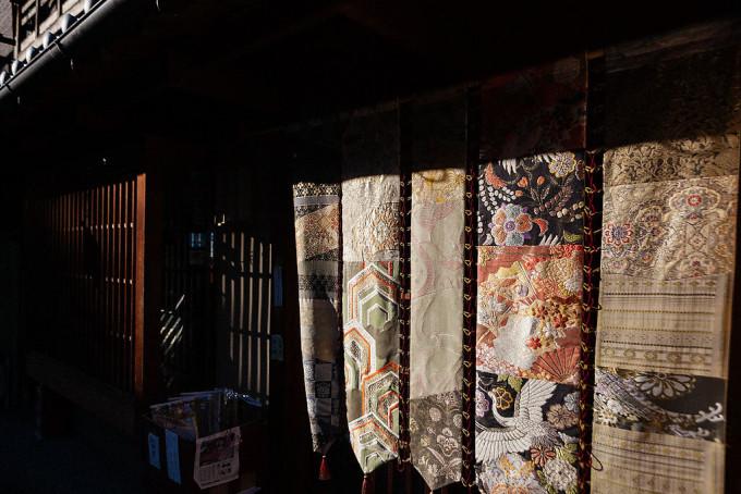 西陣織はとても美しく、これらの布を使った小袋のおみやげを大量に購入しました。