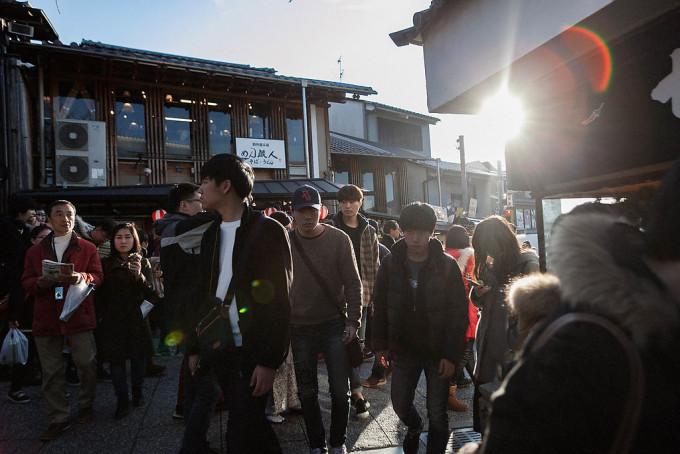 京都といえば静謐なイメージがありましたが、ご覧の通り人人人。 まあそりゃそうですよね。青かった自分のイメージに苦笑。