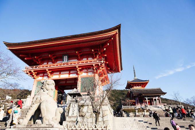 こちらが有名な清水寺の入り口です。2匹の狛犬が門前をまもっていました。