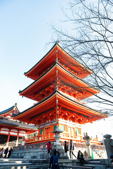 清水寺の建立は1633年と言われています。意外にも眩しいほどの朱色に驚きました。