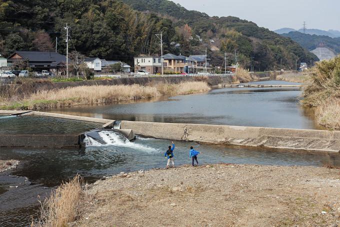 相浦川で石投げに興じる子どもたち。いかにも田舎の風景という感じであり、愛すべきものだ。