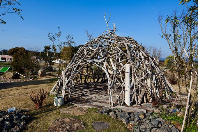 流木で出来た面白い建造物がありました。ノーガード戦法の館