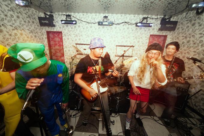 1曲だけ、今回のライブに参加出来なかった別バンドの人たちが、バンドに混ざって演奏しはじめました。こういうのっていいいですよね。