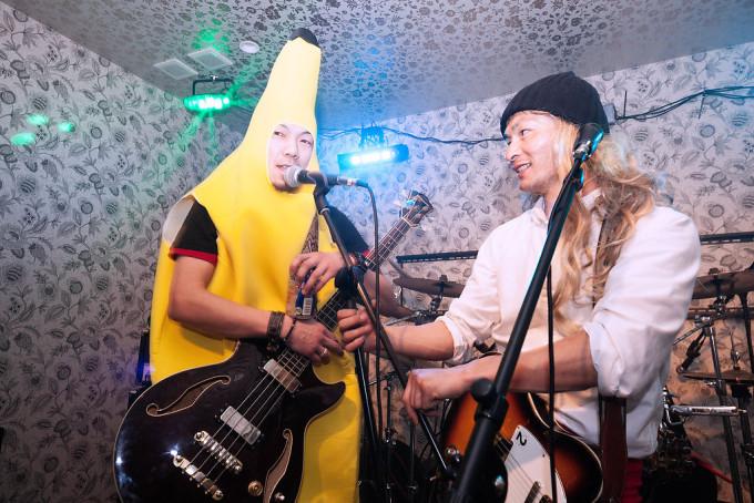 リーダーのバナナさんの演説が始まりました。熱い友情。