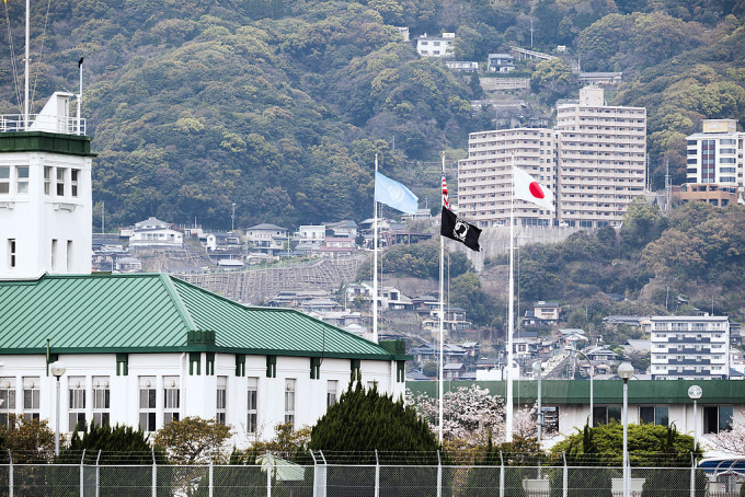 青い旗は国連旗です。佐世保は朝鮮戦争の頃から国連軍後方基地に指定されており、朝鮮戦争は終戦していないので、未だに佐世保は国連軍の基地なんですね。