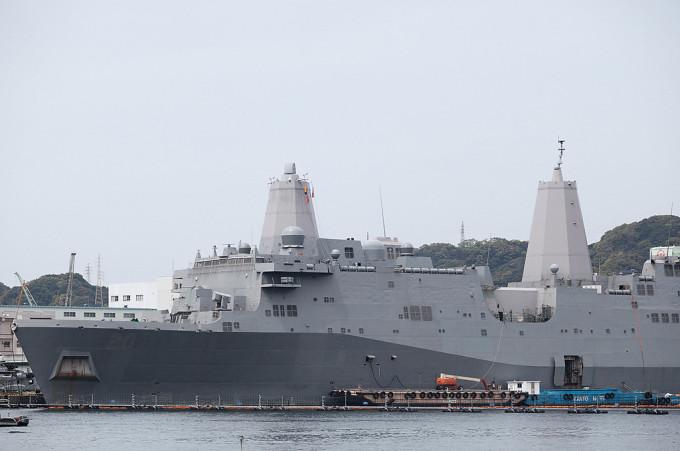 アメリカ海軍サンアントニオ級ドッグ型揚陸艦グリーン・ベイ かつての揚陸艦は船から直接おりていましたが、この船はホバークラフトからいっきに兵隊を運べる。