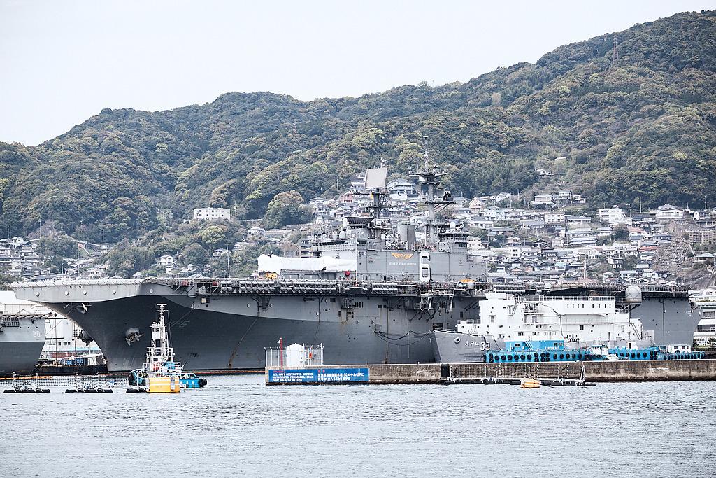 アメリカ海軍ワスプ級強襲揚陸艦「ボノム・リシャール」海兵隊を運ぶための船です。空からはオスプレイ、海からはホバークラフトでの上陸作戦で運用します。全長257M重さ4万トン、乗員は3000名ほどです。