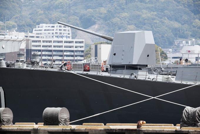 近代の戦闘艦は主砲は船前方にひとつだけなんですね。ステルスシールド付き、127mm砲射程40Kmで、1分間に20発発射できるというもの。