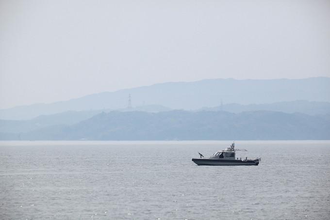 クルーズの途中で武装しているボートを発見しました。すぐ右側を見てみるとアメリカ海軍の原子力潜水艦が停泊していました。ガイドの人が「突然ですが、原子力潜水艦にレンズを向けないでください」とアナウンス。みんな素直に従っていましたが、こちらを警戒している様子でボートはしばらく僕らが乗っている船についてきていました。武装のついた船に追いかけられるのは気持ちの良いものではないですね(笑)これも軍港の真実です。