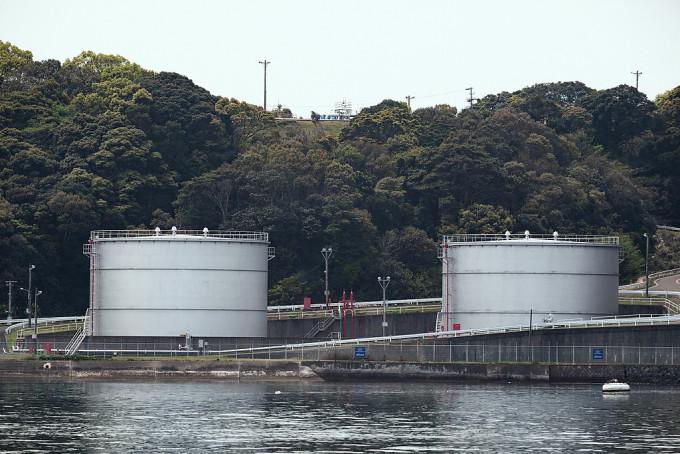 船の燃料が詰まっている容器です。でかい。しかもこの山の向こうには更に地下燃料貯蔵庫があるらしいです。