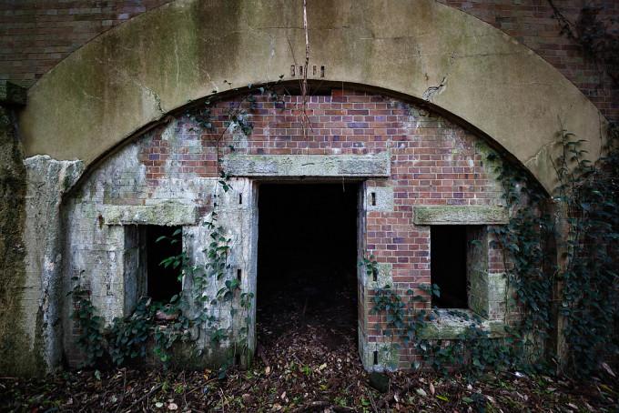 さて本題の設備遺跡。この入り口には木製の扉があったのだろうという事で、なかには砲弾などを貯蔵していたのでしょう。