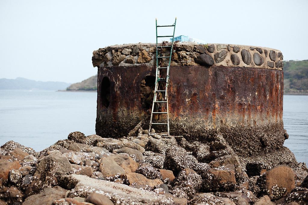 さてこの柱ですが、これは何に使われていたものだと思いますか?なんとなんと、海峡を隔てて網の端っこをかけるために作られたものとのことで。なんでそんな事をするのかというと、湾内に潜水艦がはいってくるのを防ぐ為だったらしいんですねえ。