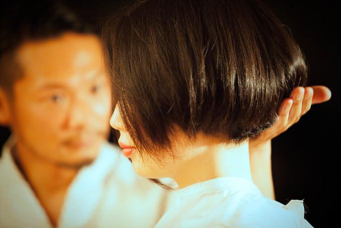 モデルさんの髪の具合を真剣な眼差しで確認するNUTSオーナー「オヘル」氏