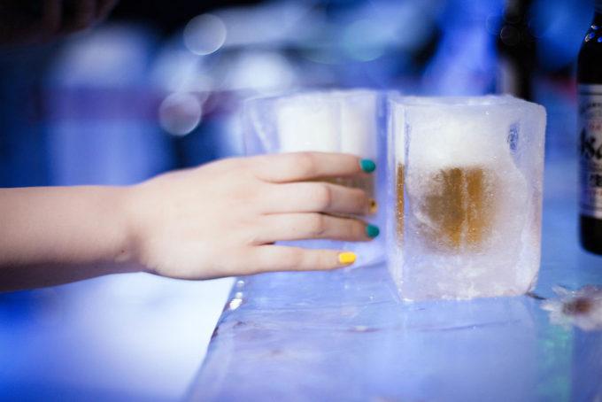かなり無骨な作りの、氷で出来たコップにビールが注がれます。