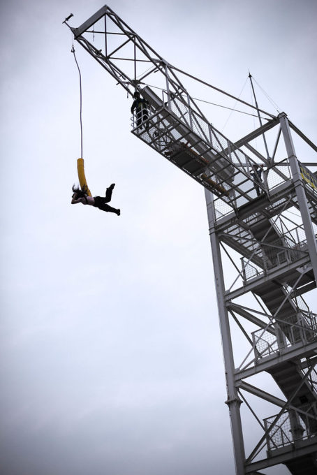 バンジージャンプで人がとんでいました。跳ぶ人は女性が多かった。僕は上に登ってから超絶後悔しそうだったのでエントリーはやめておきました。