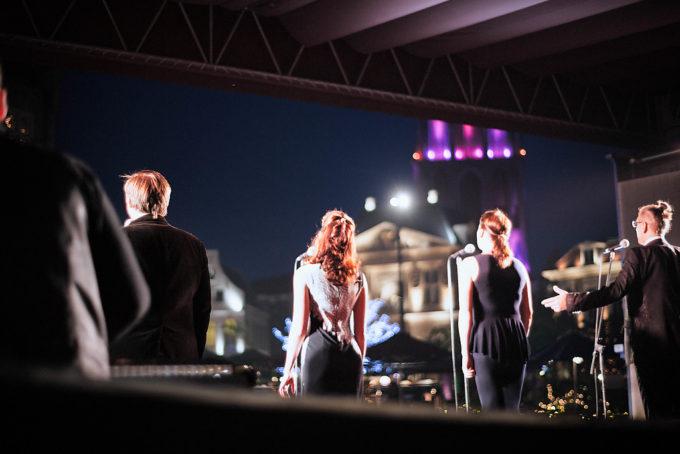 美しい歌声が聴こえてきたので、そちらの方に向かっていると、同じように歌声に引き寄せられる人が大勢いました。