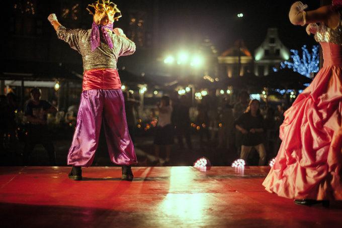 それが終わると隣では70年台のダンスミュージックに乗って踊る謎の仮面の人たちと、それを見て一緒に踊る人たち。この人たち昼間も「モスカウモスカウ」やってました。