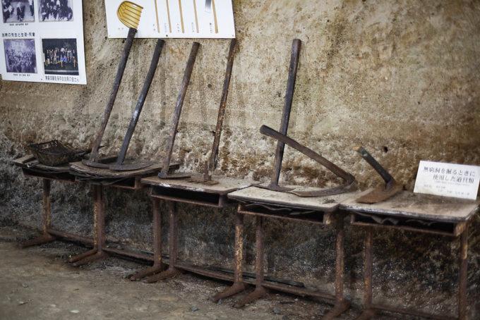 実際にここを掘るのに使われたという、道具(つるはし)など