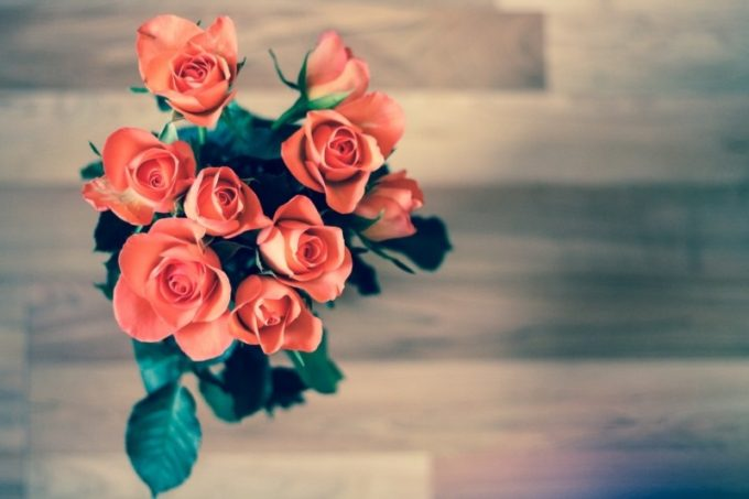 bunch-of-red-roses-on-wooden-floor